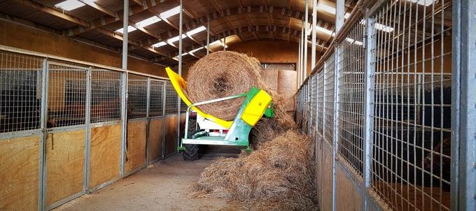 chainless-x2500-bale-feeder-feeding-in-barn.jpg